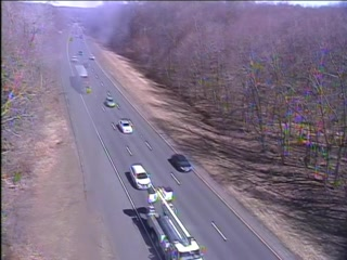 CAM 62 Southington I-84 WB E/O Exit 31 - E/O Curtis St. (Traffic closest to the camera is traveling WEST) - Connecticut